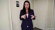 Secretaria milf chupando o seu patrão