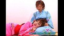 เด็กสาวหน้าตาน่ารักสองคนทำอะไรที่มันเสียวมากเลย ทำในชุดกีโมโน