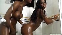 Duas travestis brasileiras fazendo sexo no banheiro