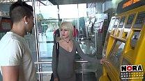 invitando a chica en el metro a follar duro