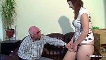 Grandpa fickt seine Stief-Enkelin die noch uner...