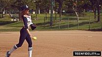 Kirsten Lee jugando al béisbol antes de coger