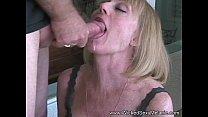Velha enxuta dando a sua buceta para o novinho