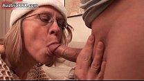Deixando a sogra chupar o pau dele