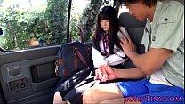 สาวน้อยอยากลองเสียวขึ้นรถมากับผู้ชายแล้วโม๊กควยใหญ่ๆ จนแตก
