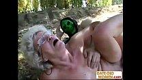 Velha de setenta anos fodendo no mato