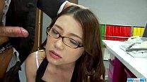 Novinha Linda De óculos Mordendo Pênis E Tomando Gala