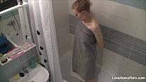 ninfetinha é flagrada tomando banho