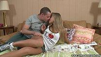 Loira simpática e novinha com namorado em ação