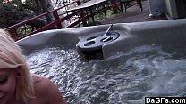 Adolescente fazendo sexo amador dentro da banheira de hidromassagem