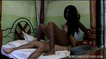 Ninfeta africana sentando na pica do turista sexual