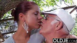 Neta novinha se divertiu com o seu avô