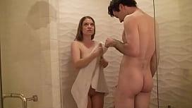 Irmã novinha transando no banheiro com o seu irmão