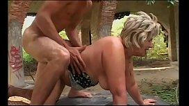 Vovó fazendo sexo com o seu neto no meio do mato