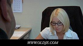 Filha loira transando com o seu pai no escritório