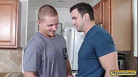 Sarado gostoso fazendo sexo na cozinha de casa com o seu namorado