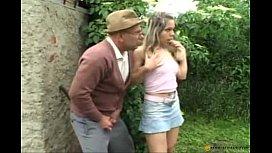 Velhote convencendo novinha a dar buceta