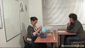 Professora madura transando com o seu aluno dentro de sala