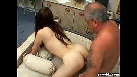 Pai e filha novinha fazendo sexo com o camarada comedor