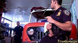 Policiais sarados transando no quartel