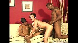 Sexo grupal com dotados torando o novinho