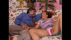 Pai fazendo alegria da sua filha dando rola na sua buceta