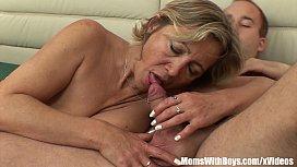 Filho acordou a sua mãe e comeu a buceta dela