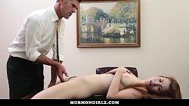 Filha ruiva seduziu o seu pai dando para ele bem gostoso