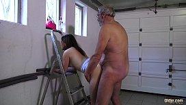 Vovô dotado torando a sua neta novinha