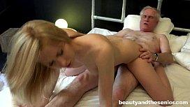 Neta adorável transando com o seu avô