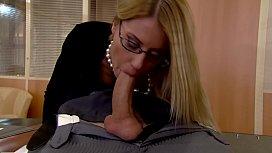 Fodeu a tia gostosa no escritório dela