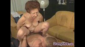 Vovó sentando na rola do seu neto