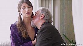 Neta pervertida transando com o seu avô