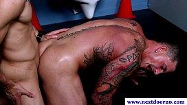Tatuado musculoso dando a bunda para o seu amigo