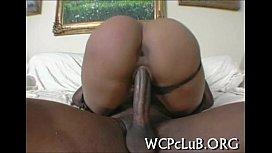 Coroa negra bem gostosa sentando na rola dotado