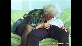 Avó fazendo sexo com seu neto novinho