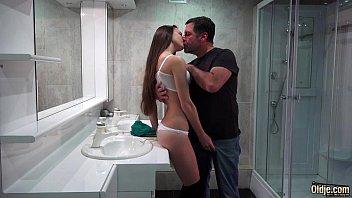 Pai seduziu a sua filha e deu rola na sua bucetinha