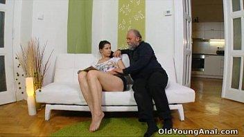 Avô fazendo anal com a sua neta gostosa