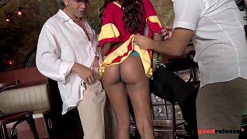 Natakarico v vroči obleki pofukajo kar trije moški na enkrat