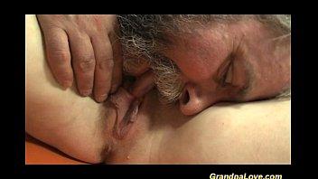 Vovô transando com a sua neta novinha