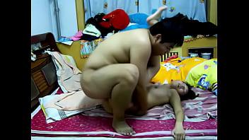 คลิปx หนังxxx ไอ้อ้วนจับเมียถ่างขาเย็ดอย่างซาดิสต์ เล่นเอาหีบวมนอนหมดสภาพเลย