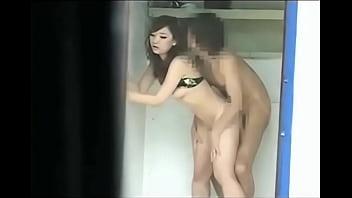 【素人】海の家のシャワー室で素人カップルが隠れて青姦セクロス