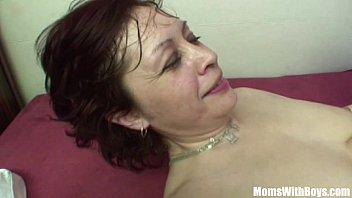 Vovó enxuta dando bem gostoso para o seu neto no sexo incesto