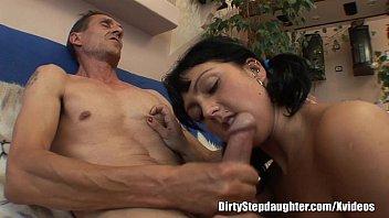 Filha puta fazendo sexo com o seu pai