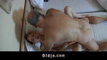 Pai fodendo a sua filha mais nova