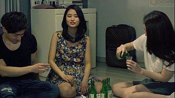 """คลิ๊ปโป๊ หนังxxx หนังโป๊เกาหลี """"รักนะยัยเซ่อ"""" นัดกินเหล้ากับเพื่อนเล่นเกมเปิดใจ บอกรักแล้วแอบอึ้บกันหลังห้องเก็บของซอยหีบนบันได"""