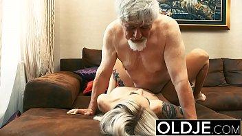 Vovô torando a sua neta tatuada