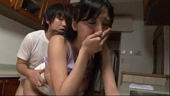 หนังโป๊ หนังโป๊ AV ญี่ปุ่นเย็ดแม่เลี้ยงตัวเองหลับบ้านลีลาเด็ดสุดๆนมใหญ่จับเย็ดท่าหมาครางไม่หยุดเลย xxx