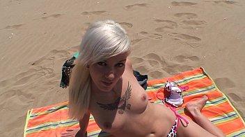 Mlada svetlolasa francozinja za denar pofafa kurca kar na plaži