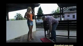 Blonda Fututa In Gura Chiar In Statia De Tren De Un Boschetar